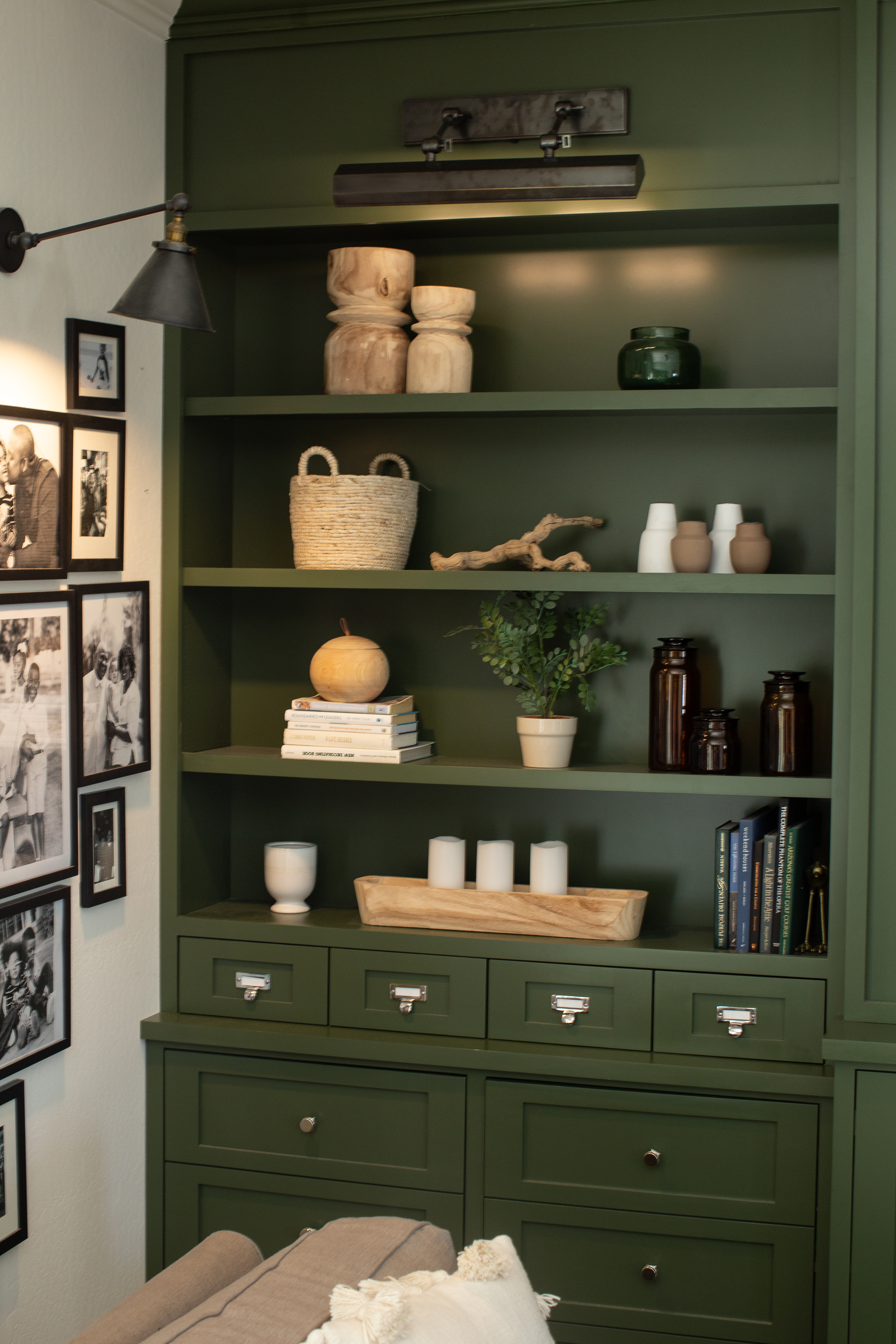 How to decorate a bookcase for a family room