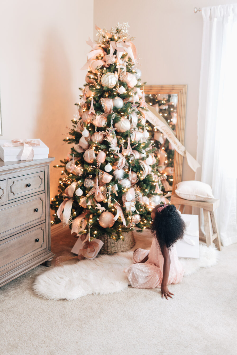 8 Stunning Christmas Tree Decoration Ideas that make you Look Like a Pro